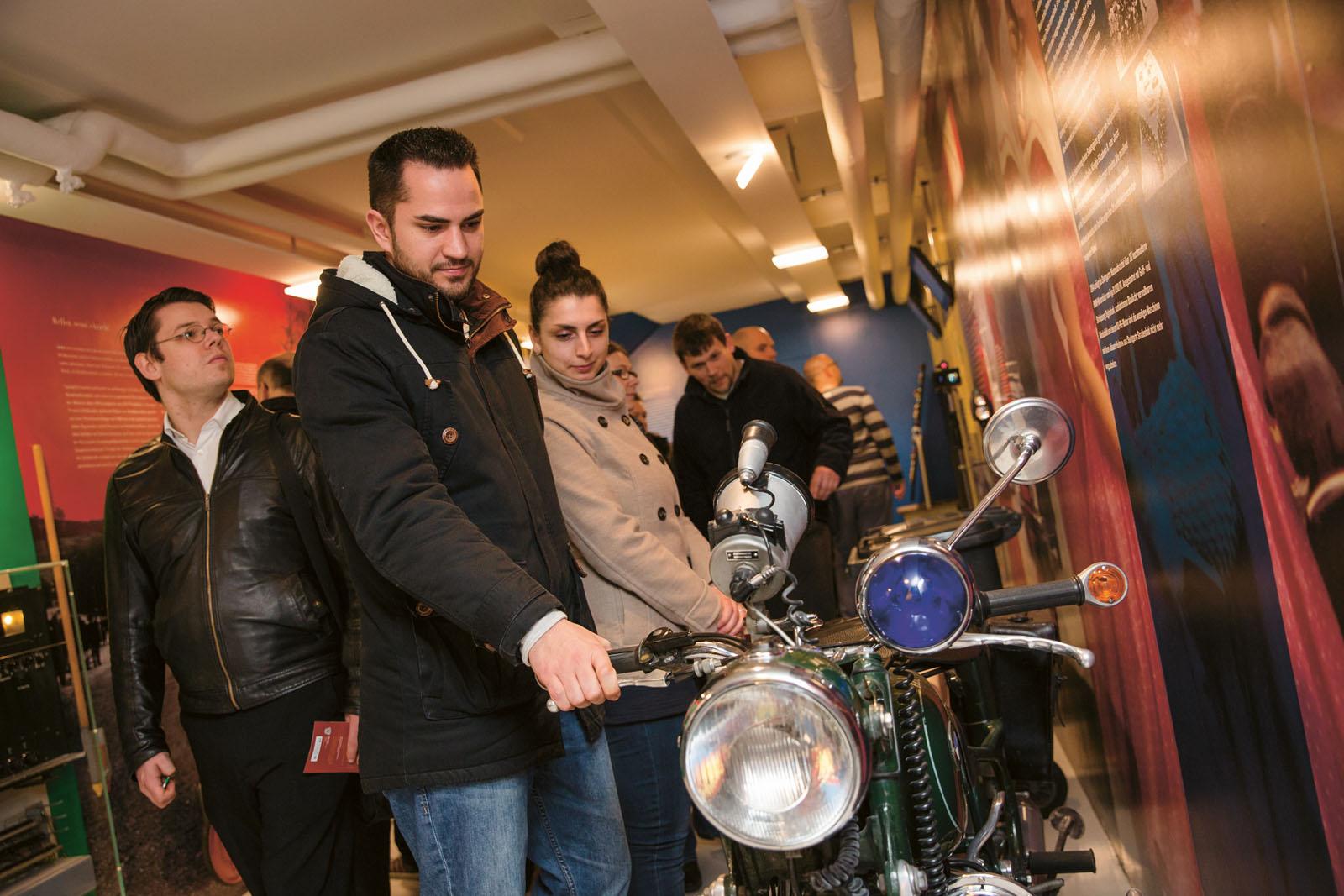 Lange Nacht der Museen Stuttgart - Polizeimuseum Besucher mit Motorrad